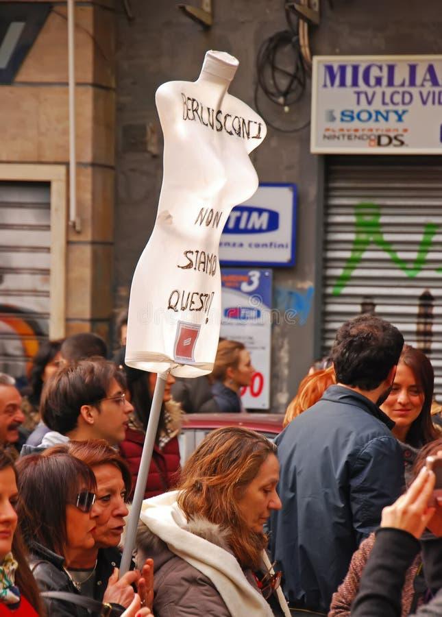 Samlas gatademonstrationen av kvinnor för italienare speciellt mot den italienska premiärministern Silvio Berlusconi arkivbilder