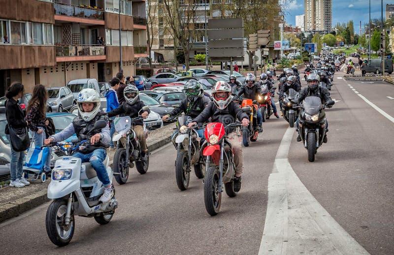 Samlas procession av att protestera motorcyklister på gatorna av Chalon sur Saone, Bourgogne, Frankrike fotografering för bildbyråer