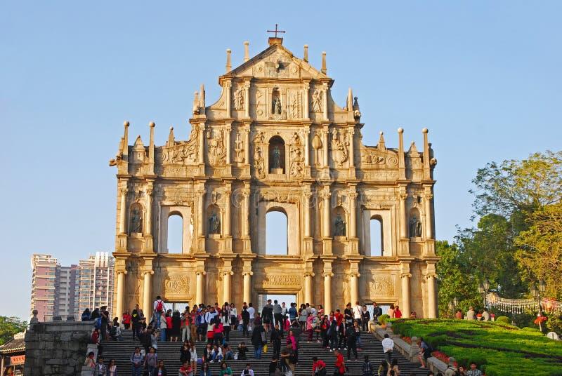 Samlas turism på grunden av Ruins av den St Paul fasaden nära trappan på Macao royaltyfri fotografi