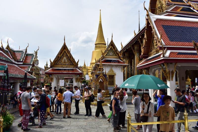 Samlas turister på den storslagna slotten i Bangkok Thailand royaltyfri fotografi