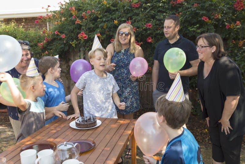Samlat runt om födelsedagpojken royaltyfria foton