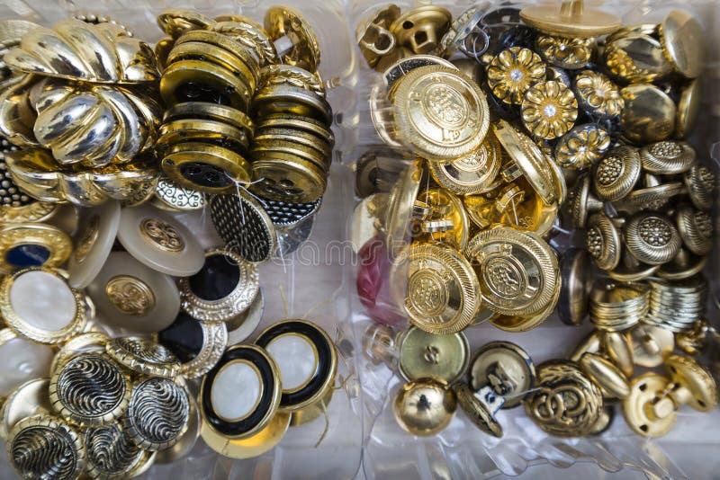 Samling av antika tappningknappar för guld, för silver och för metall royaltyfri fotografi