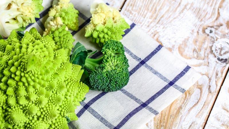 Samling av den Romanesco broccoli och blomkålen på köksbordet Låg-kalori näringsrika produkter arkivfoto
