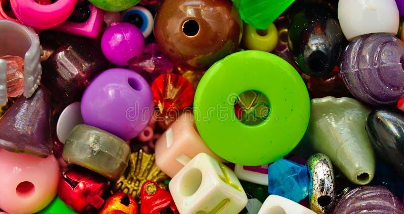 Samling av färgrika blandade pärlor arkivfoton