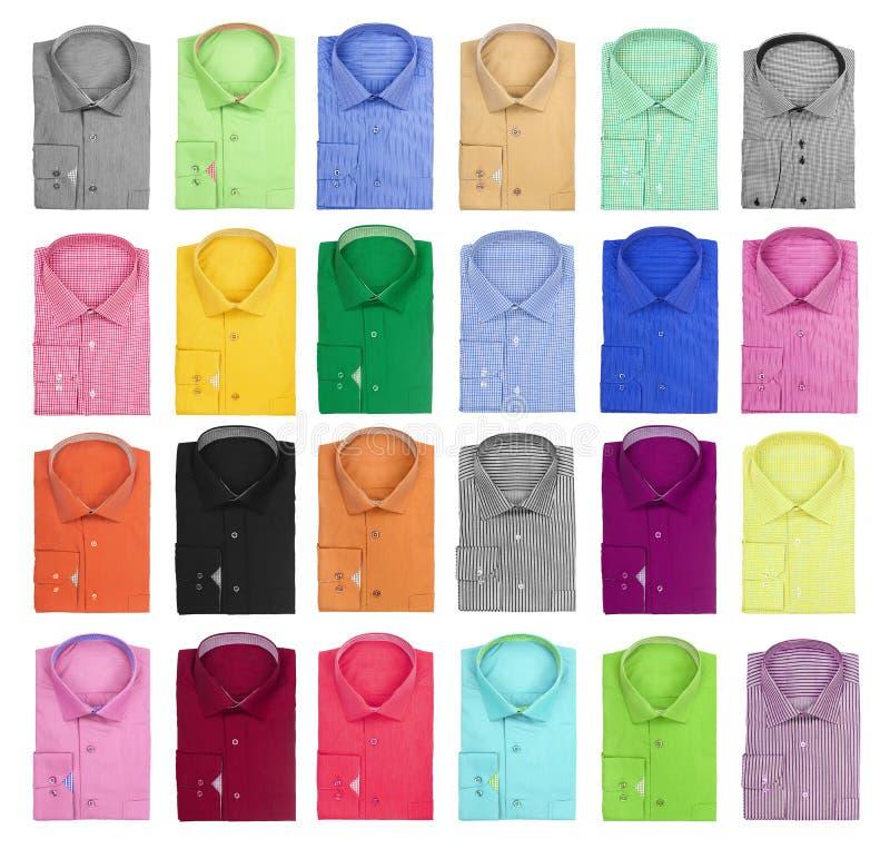 Samling av färgrika ljusa mäns skjortor arkivbild
