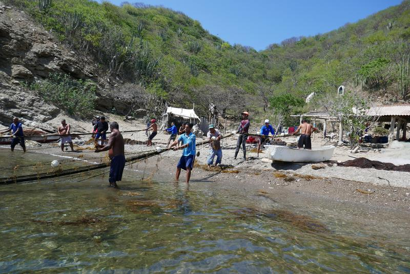Samling av fisknät på stranden av Taganga arkivbilder