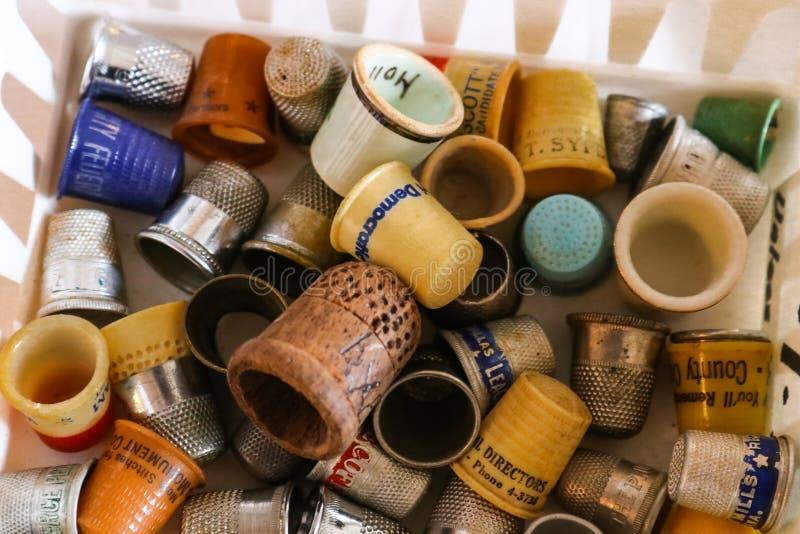 Samling av gamla och antika fingerborg i en korg Tulsa Oklahoma USA 4 18 2018 royaltyfria foton