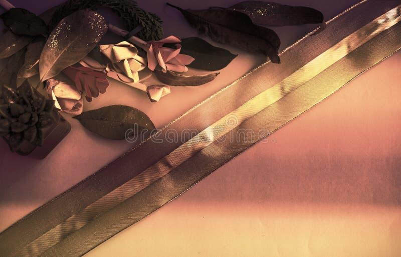 Samling av gamla sidor Handgjort pappers- hantverk Guld- snöra åt på ljust papper Goda för affisch, hälsningar, kort, teman royaltyfri fotografi