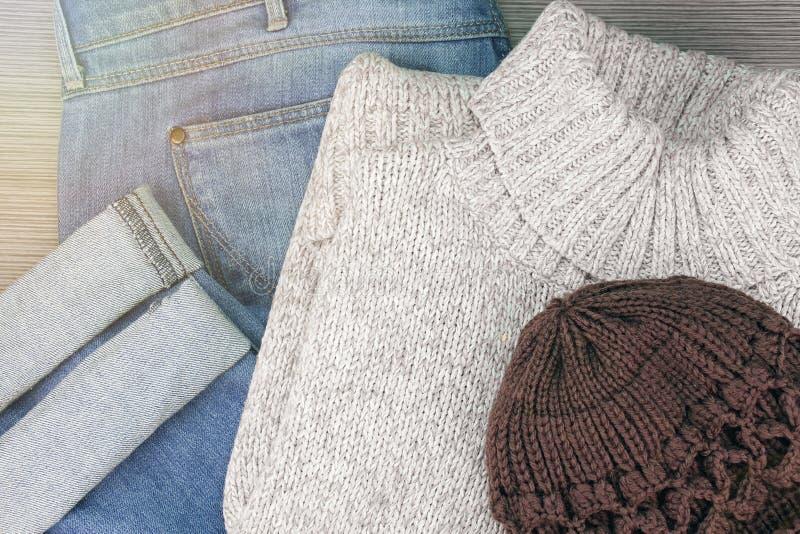 Samling av kläder för höst för man` s varm på en ljus träbakgrund arkivbild
