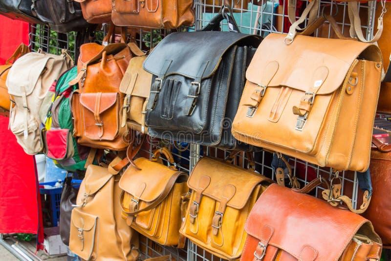 Samling av läderhandväskor på stall på basaren arkivfoton