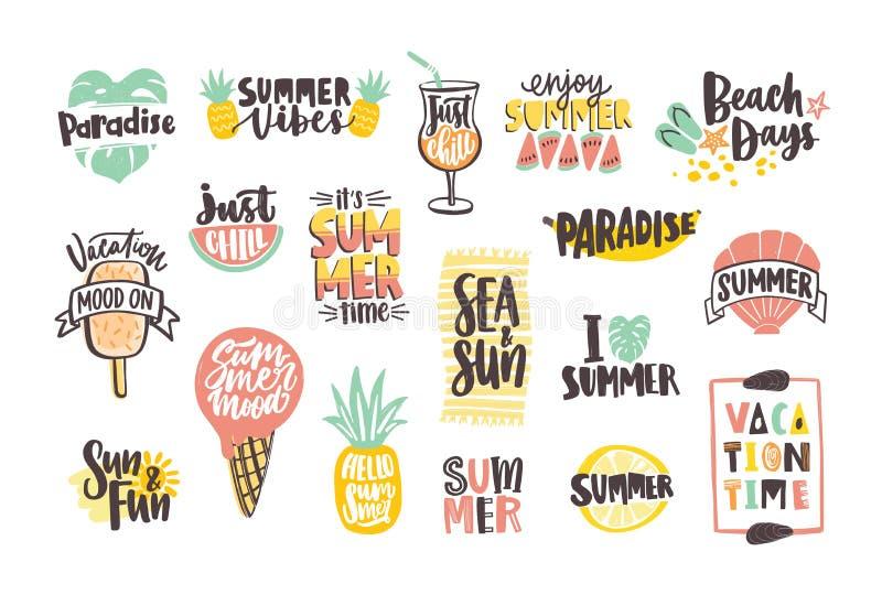 Samling av ljust kulört märka för sommar som är handskrivet med calligraphic stilsorter och dekorerar med tropiska frukter stock illustrationer