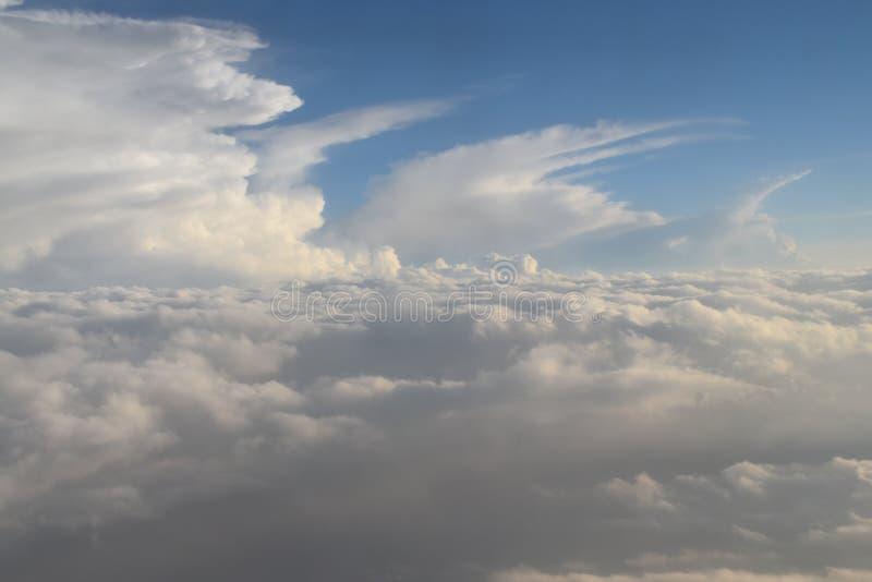 Samling av moln som ses från flygplanet som skapar en modell i himlen arkivbilder