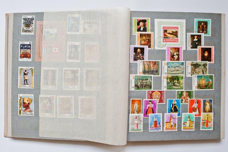 Samling av portostämplar i album från Republiken Bulgarien fotografering för bildbyråer