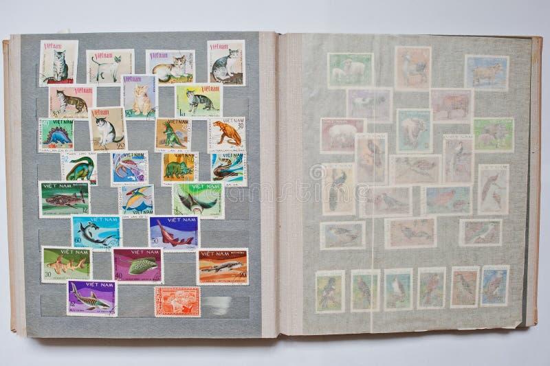 Samling av portostämplar i album från Vietnam royaltyfri bild