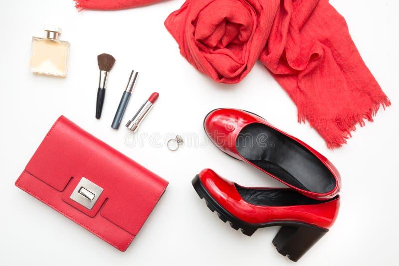 Samling av röd tillbehör för kvinna` s för specialt datum eller ferie Lekmanna- lägenhet royaltyfri fotografi