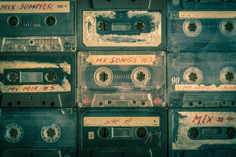 Samling av retro ljudband på trätabellen fotografering för bildbyråer