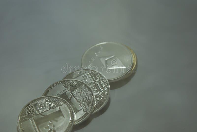 Samling av silver och guld- cryptocurrencymynt på en vit bakgrund royaltyfri fotografi