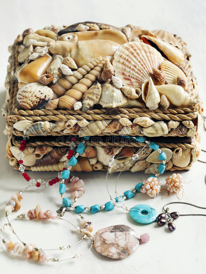 Samling av smycken i smyckenask arkivbilder