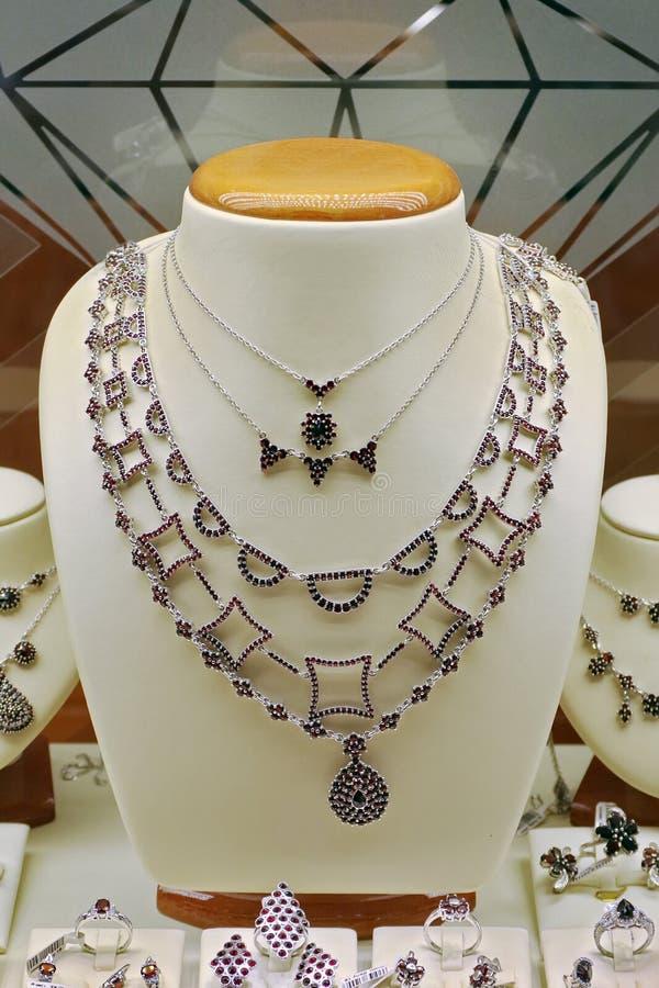 Samling av smycken med dyrbara kul?ra stenar royaltyfri bild