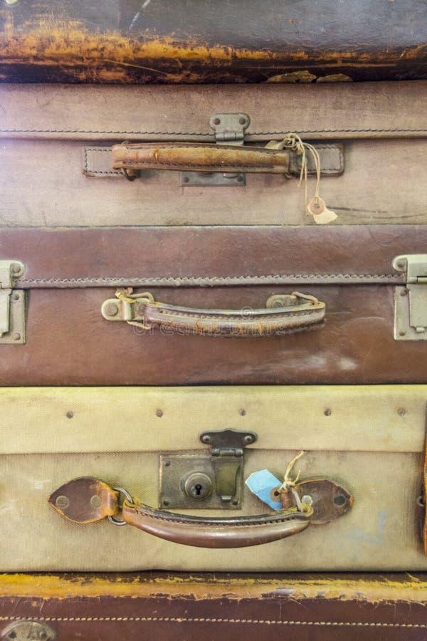 Samling av tappning använda resväskor arkivfoton