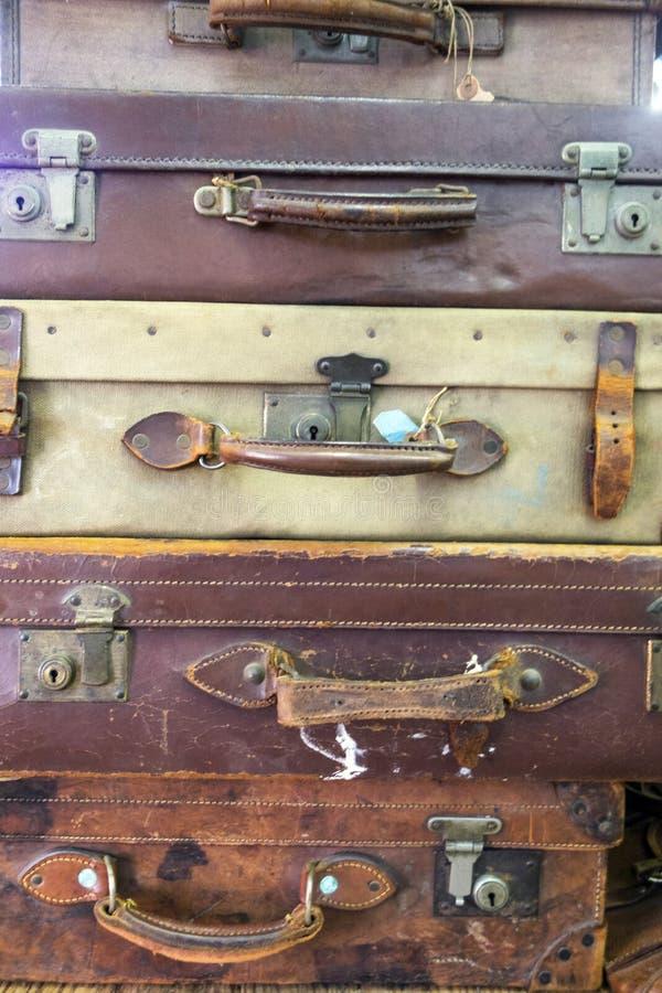 Samling av tappning använda resväskor arkivbilder