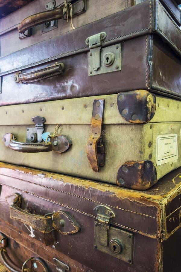 Samling av tappning använda resväskor royaltyfria foton