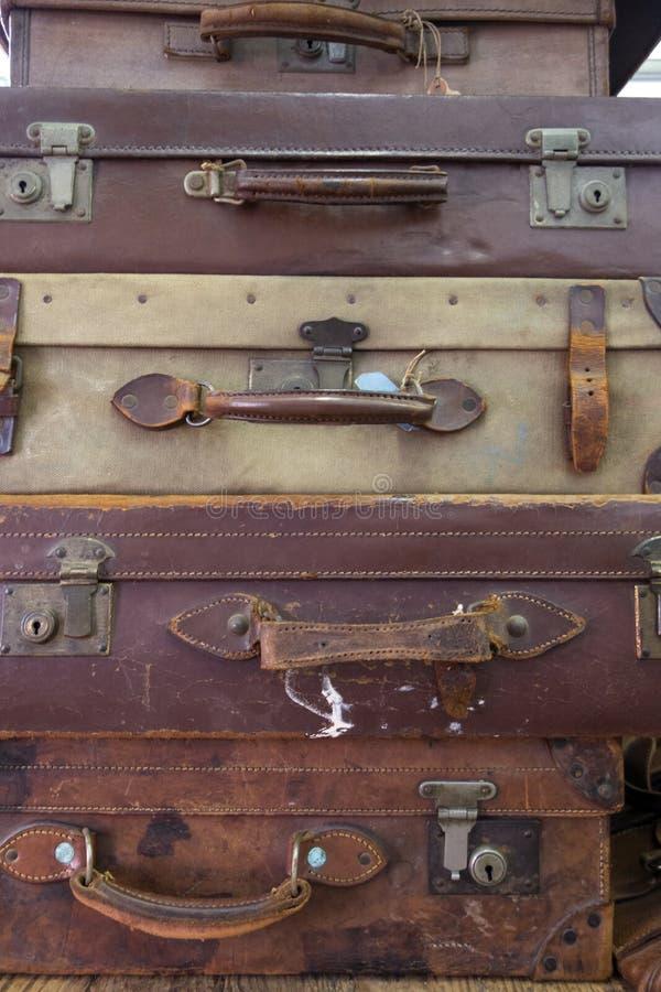 Samling av tappning använda resväskor arkivbild
