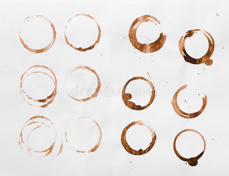 Samling av torra fläckar för kaffekopp på vit bakgrund arkivbild