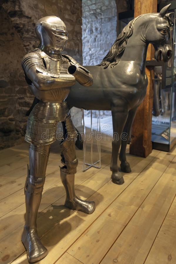 Samlingar av de kungliga armouriesna som ställs ut inom den vita tornbyggnaden på tornet av London, England arkivbilder