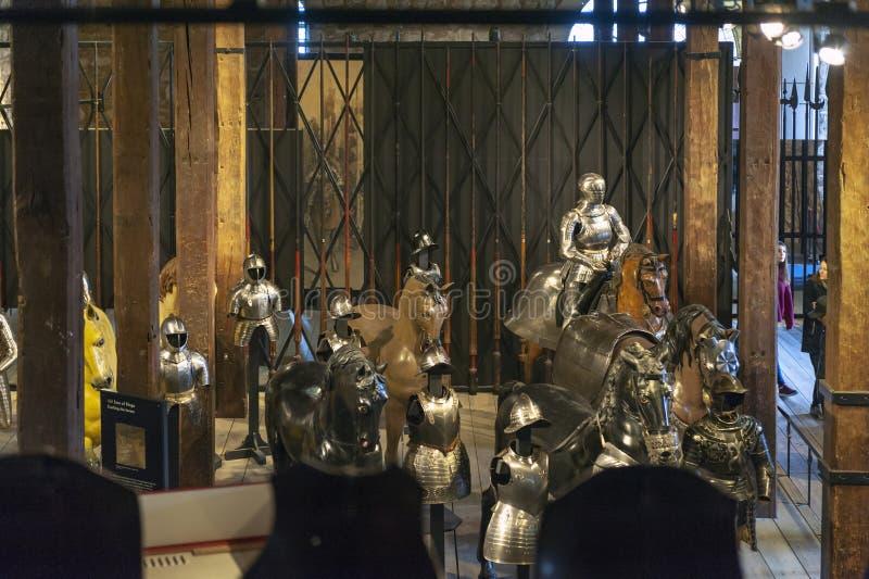 Samlingar av de kungliga armouriesna som ställs ut inom den vita tornbyggnaden på tornet av London, England royaltyfri fotografi
