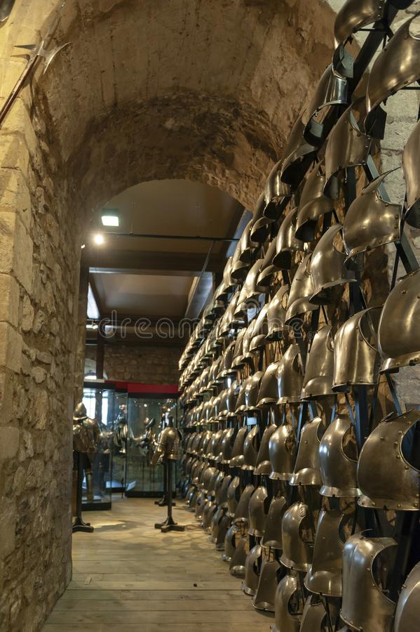 Samlingar av de kungliga armouriesna som ställs ut inom den vita tornbyggnaden på tornet av London, England royaltyfri foto
