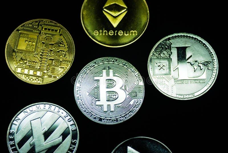 Samlingen av försilvrar och guld- cryptocurrencymynt royaltyfria foton