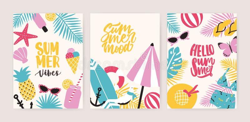 Samlingen av mallar för sommarkort eller reklambladmed dekorativ sommartidbokstäver och det tropiska exotiska paradiset sätter på royaltyfri illustrationer