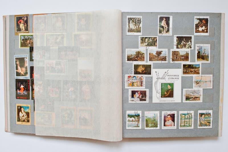 Samlingen av portostämplar i album skrivev ut från Kuba royaltyfri fotografi