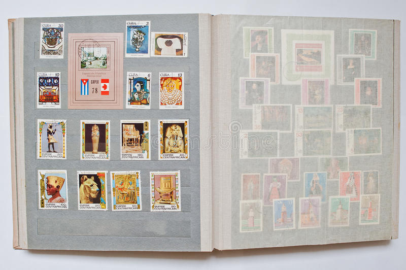 Samlingen av portostämplar i album skrivev ut från Kuba och cent arkivfoton