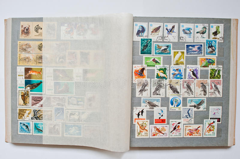 Samlingen av portostämplar i album skrivev ut från USSR royaltyfria foton