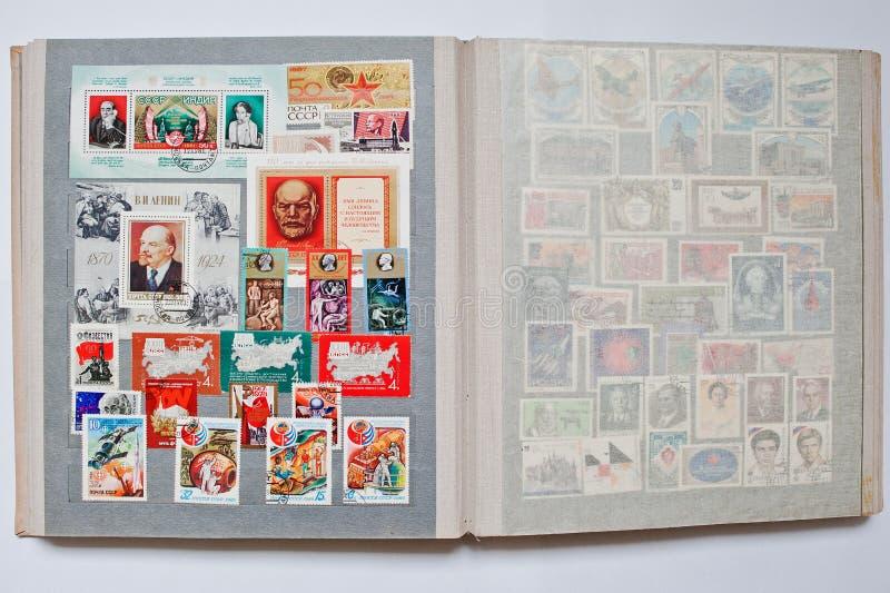Samlingen av portostämplar i album skrivev ut från USSR royaltyfri foto