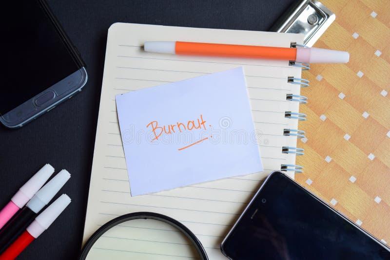 Sammanbrottord som är skriftligt på papper Sammanbrotttext på arbetsboken, svart bakgrundsbegrepp royaltyfria bilder
