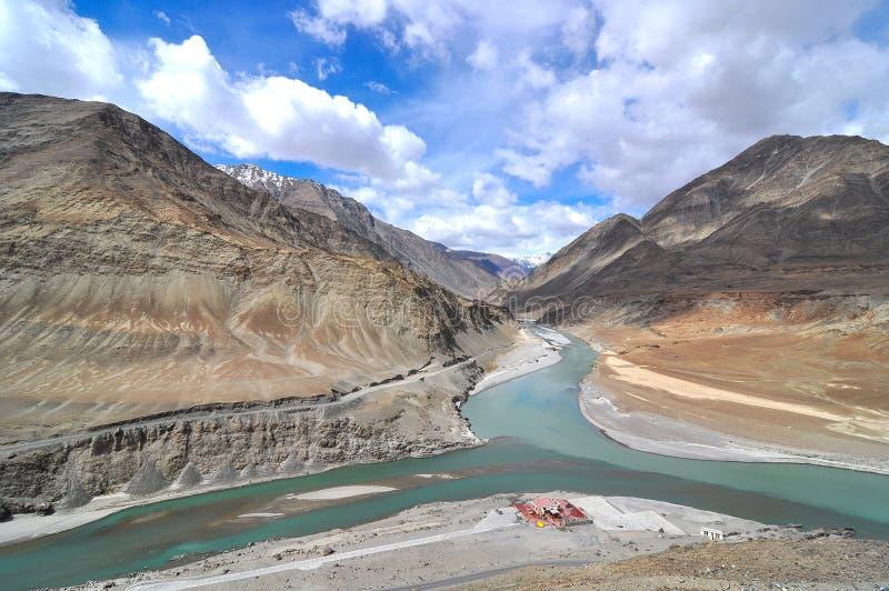 Sammanflöde av floder Indus och Zanskar royaltyfri foto