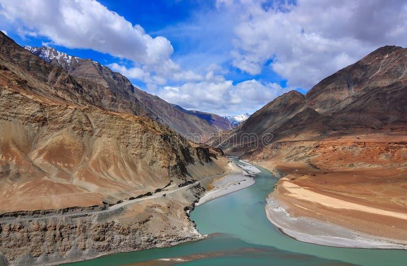 Sammanflöde av floder Indus och Zanskar royaltyfri fotografi