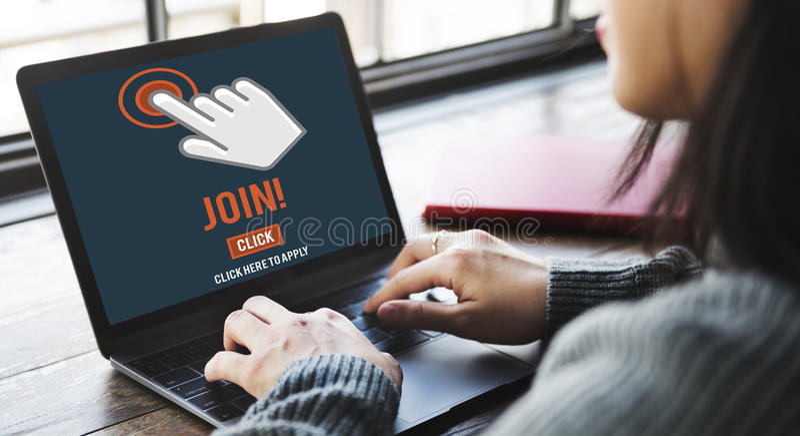 Sammanfoga rekryteringapplikationen följer Websiteonline-begrepp royaltyfri fotografi