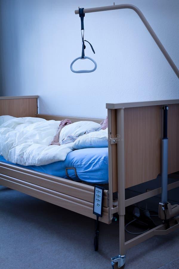 Sammanfogade händer för död person säng arkivfoto