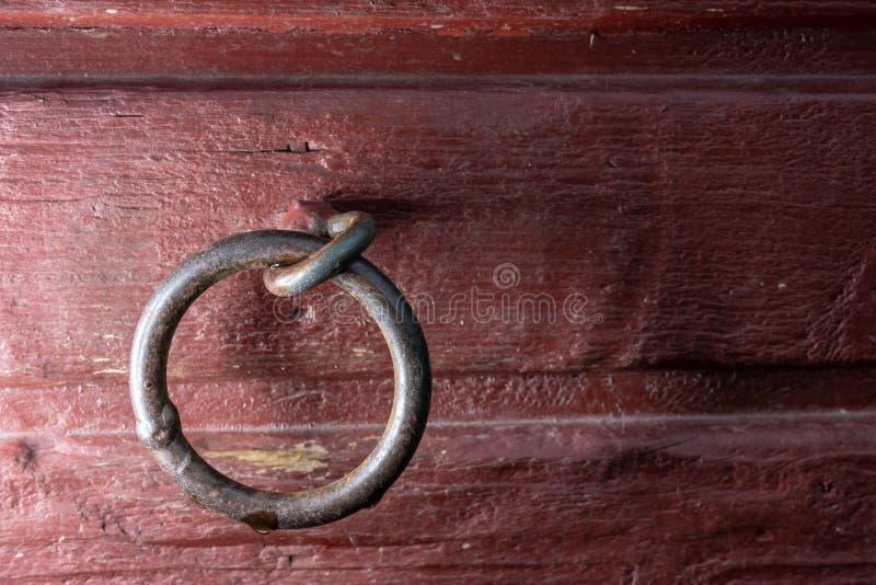 Sammanlänkning för svetsad metall i röd trävägg royaltyfri fotografi