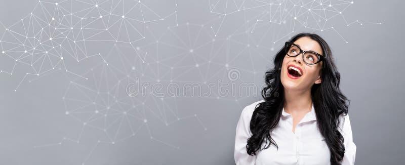 Sammanlänkningar med den lyckliga unga affärskvinnan arkivfoton