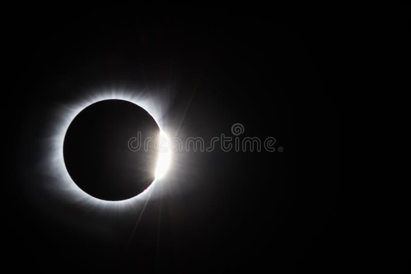 Sammanlagd diamantcirkel för sol- förmörkelse royaltyfri foto
