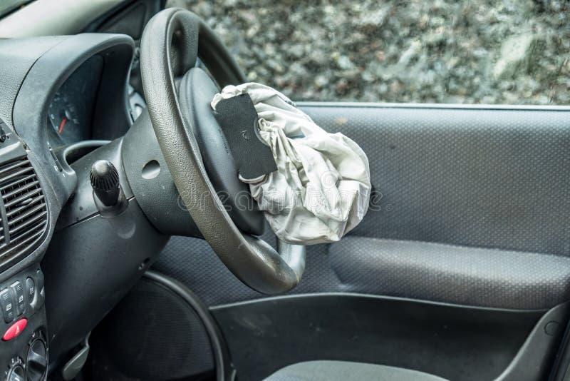 Sammanlagd förlustbil med den sprängda airbagen och den brutna vindrutan arkivfoton