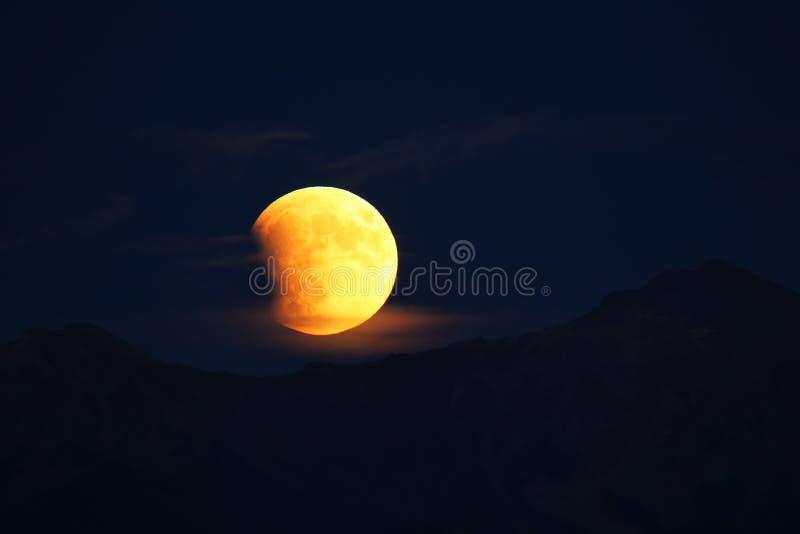 Sammanlagd månförmörkelse av en Supermoon på September 27, 2015 i Colo royaltyfri bild