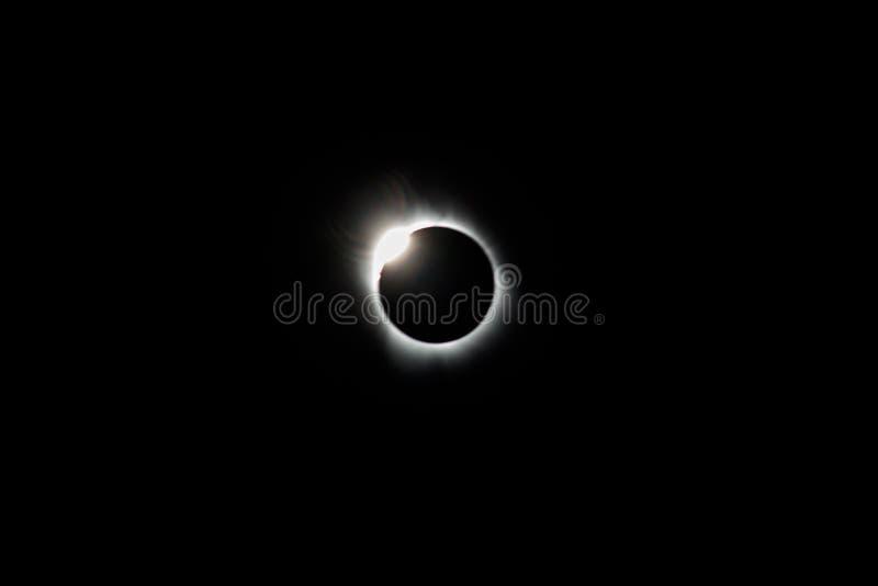 Sammanlagd sol- förmörkelse och Diamond Ring arkivbilder