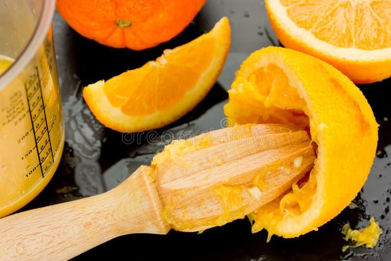 Sammanpressning av apelsiner för att göra ny och naturlig fruktsaft, matlagning och H fotografering för bildbyråer