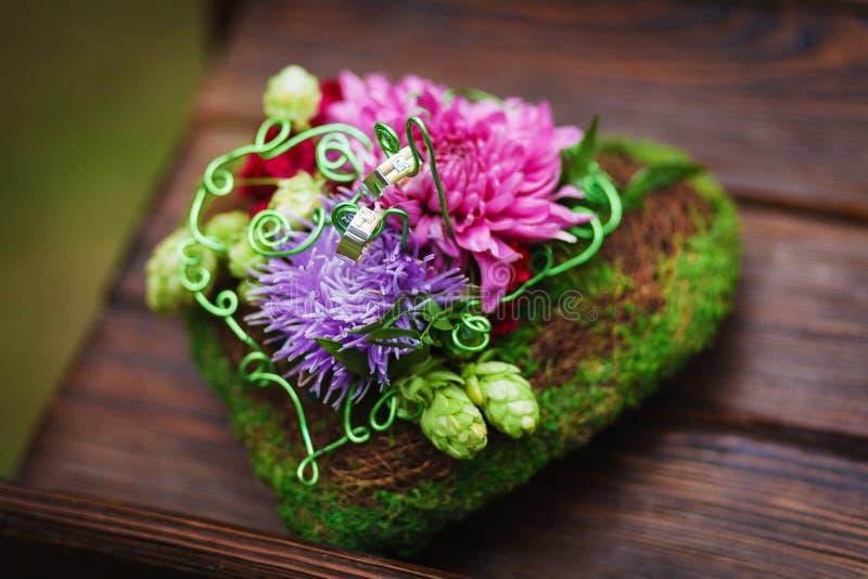 Sammansättning av blommor som bröllopdekorbeståndsdel royaltyfria foton
